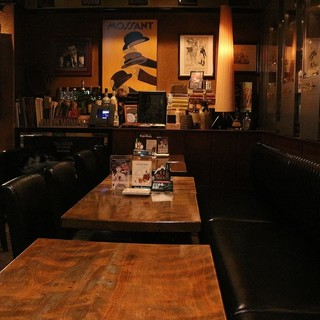 お酒を片手に仲間とスポーツ観戦を。【テーブル席】を囲んで盛り上がれます!