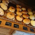 106458253 - 柔らかい生地のパンも沢山