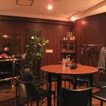 10646016 - テーブル席。お店のコーナーでギターの生演奏してました。