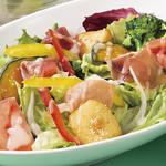 10種野菜と生ハムのサラダ