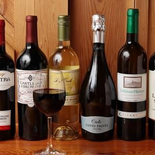 ピッツァに合う50種以上の豊富なワイン!