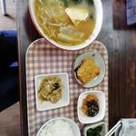 びっくり麺亭 - 料理写真:みそラーメン定食600円。お値打ちかと自問すれぱ、まぁお値打ちかな?