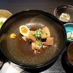 赤坂かこい 別邸 彩華 - 大きな丼にちょんと角煮が載る