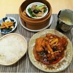 Chuugokusaishinka - 豚肩ロースと色々野菜の広東式すぶた、本格的な副菜やスープ、白飯や香の物付きで1,080円