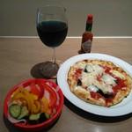 106486382 - 彩り野菜のピクルス、マルゲリータ、青ワイン