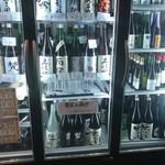 106503766 - 保冷ケースに並ぶ日本酒