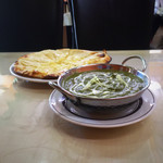 ナンカレーハウス - Aランチ。ほうれん草チキンカレーと追加200円でチーズナン