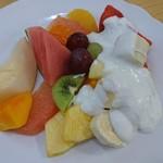 106510844 - フルーツサラダ。たっぷりのフルーツにヨーグルトがかかっているのでフレッシュなサラダみたい!