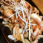 ともや食堂 - 料理写真:鉄板トロもつ焼き定食(辛味噌)