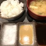 106513618 - 本日の塩、辛子ソース、甘酸っぱい中濃ソースの3種で。ご飯、味噌汁、キャベツはお代わり自由