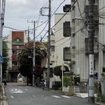 Matsuna - 正面が女子校の正門。電柱には案内板が。