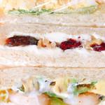 ボブ - 上から卵とハムのサンドイッチ クリームチーズとベリーのサンドイッチ エビとアボカドのサンドイッチ 200円〜260円税込