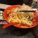 麺家 津田四川 - ラーメンの麺持ち上げ