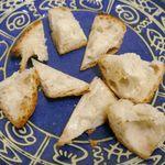 ジョアン - 一口大にカットして食べてみると、表面はカリッと、中は気泡が不均一かつ柔らかで、小麦の風味が効いて中々うまし!