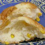 ジョアン - 半分に割いてから食べてみると、ソフトなパン生地の中にコーンの風味や甘味が効いて胸がドキドキチムドンドンなウマさに惚れ惚れ!