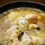 スペイン食堂 石井 - 小エビのニンニクオリーブ炒め:スペインバル定番メニューです。このソースで自家製パンが更に美味しくなります。
