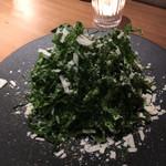 106543773 - ・ワイルドケールのシーザーサラダ 980円  青汁に使われているケールのサラダ。苦いのかなって思ったら、まったく苦くなんです。 チーズがいいアクセント。