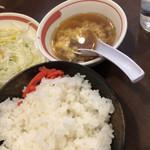一楽 - とんてき定食のご飯とスープ