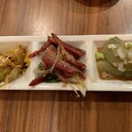 九龍飲茶酒楼 - 「本日のあて三種盛り」(ザーサイのラー油和え・ナスの冷製ゴマソース・叉焼と白葱の和え物)