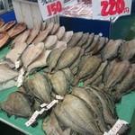 根室海鮮市場カネカイチ鈴木商店 - カレイ・220円