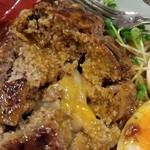 福島壱麺 - 牛タンハンバーグ混ぜそば 焦がしポルチーニオイル-ハンバーグカット後