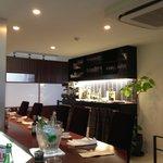 祗園245 - モダンな店内、シェフの人柄もあって楽しく落ち着きます。