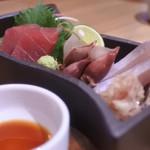 Kushina - 刺身盛り合わせ(4点盛り)¥680             ホタルイカ、ヒゲ剃り鯛、かつお、ヒラマサ、あれれまぐろで5点(;゜0゜)