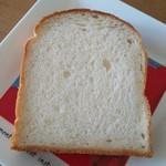 ペル・エ・メル - 料理写真:【北海道小麦の食パン】 賞味期限は購入日含め3日間 ほんのり甘味があって、しっとりした生地 私はリベイクしたほうが美味しかったです♪
