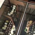 祗園245 - エントランスを入ると、地下のセラーがガラス張りに。