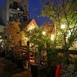 プチガーデン下北沢 - 夜の外観 下北沢駅近くに突如現れる異空間