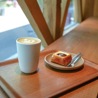 ダンデライオン・チョコレート - 料理写真:カフェラテとチョコスイーツ