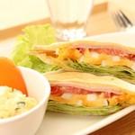 カフェ&ダイニング フェルマータ - 浅間小町とサラミと野菜のホットサンド