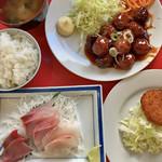 館山食堂 - 本日定食 980円   刺身盛り、肉だんご、野菜コロッケ