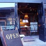 パティスリィ ドゥ・ボン・クーフゥ - アンティークショップのようなお店の入り口。