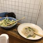 東印度カレー商会 - 付け合わせ(きゅうりと水菜のサラダ、春雨サラダ)