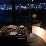 Dining Bar 鴨川 Wadi - 窓際の2人ソファー席。鴨川を眺めながらゆっくり食事を♪