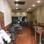 ジャパニーズフーズ 櫂の蔵 - 道路に面した側と奥の厨房側に2ヶ所、カウンター席があり、中にはテーブル席がゆったり配置されています
