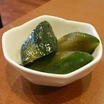 ジャパニーズフーズ 櫂の蔵 - スープが甘めの味噌味なので、きゅうりの醤油漬けが良く合います