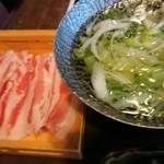 櫻壽 - 一人前1400円?のしゃぶしゃぶ。出汁がしっかりしていて、ポン酢もだしてくれますが、出汁がうまい。できたら七味ちょっとだけ、または柚の皮で香りつけたい。二人でわけていただけます。