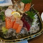 櫻壽 - 刺身の盛り合わせ。フツーにイイです。下の氷がとけて、ゆっくり食べてると、溺れてきます。網、あれば、イイね。