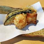 手打ち蕎麦 とおるや - 季節の天ぷら:ホタテ、しらすと大葉の変わり揚げ、なす