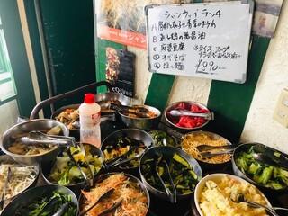 シャンウェイ - ランチのサラダ(惣菜)バーがお得!