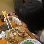 かぐら坂 新富寿司 - かさごと格闘する娘