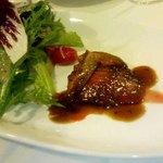 10665830 - 前菜 鹿児島産真鴨のロースト、赤ワインソース、フォラグラテリーヌ、甘いパンドエビス添え。有機野菜のサラダ。