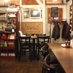 MA MAISON - 空いている間に店内も撮影…コルク栓のアートがオシャレです。