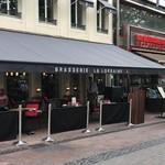 106676930 - 広場に面したレストラン