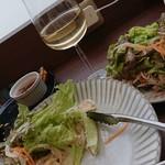 アジアンリゾートラウンジ 陶庵 - チキンサラダと北條wine