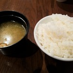 106682976 - 先にご飯とお味噌汁を持って来るので冷めます