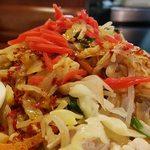 ビックラーメン - 蒸豚辛子冷麺 横からの絵づら