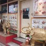 Asian Dinning&Bar SITA–RA - 金の象が印象的。